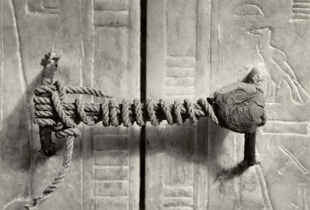 MTE2NjgxMQ55rare-photos-unbroken-seal-ofking-tut-tomb
