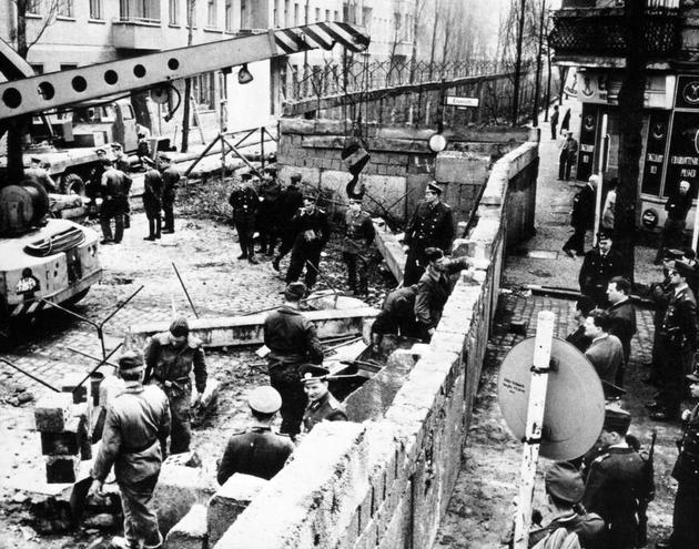 MjM4NTM2MQ8787historical-photos-pt6-construction-of-berlin-wall-1961