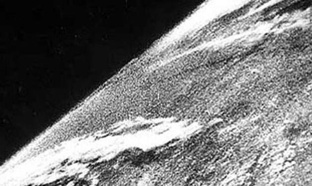 NDI0ODUyMQ9292historical-photos-rare-pt2-first-photo-in-space-1946